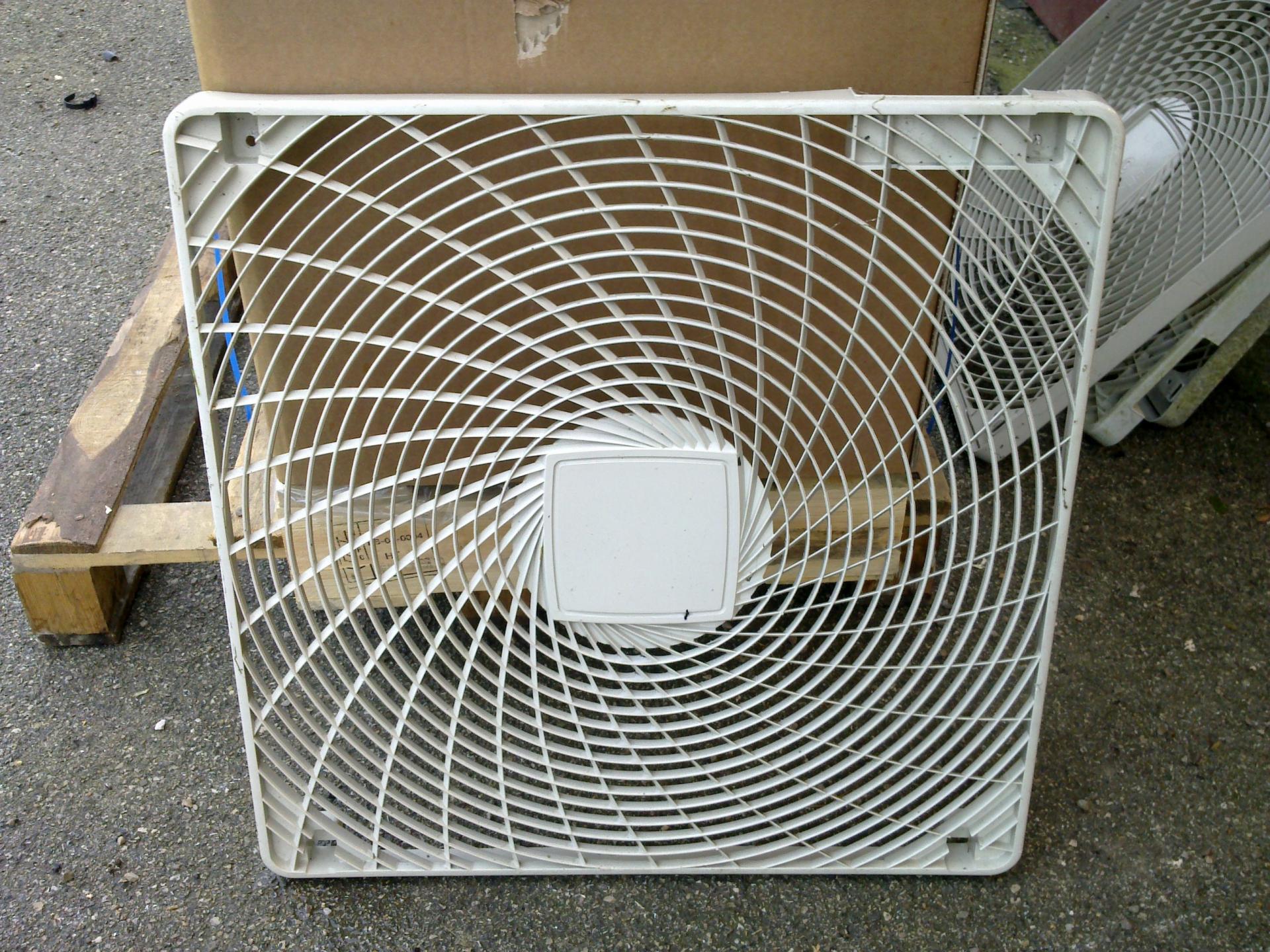 Daikin grille ventilateur pour groupe ext rieur rzq for Protection climatiseur exterieur